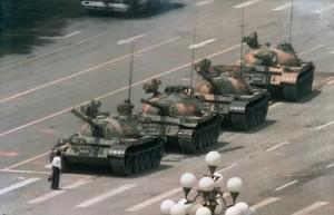 Célèbre photo d'un étudiant devant des chars chinois