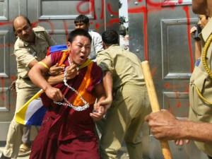 La police persécutant un moine tibétain.