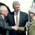 Yitzhak Rabin, Bill Clinton et Yasser Arafat durant les accords d'Oslo le 13 septembre 1993