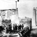 Des soldats de l'armée impériale japonaise pénètrent dans la ville de Nanjing en janvier 1938.