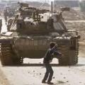 Un palestinien face à un char Israélien