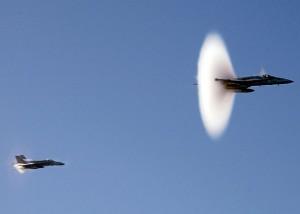 Un avion passe le mur du son.