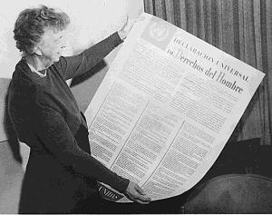 Eleanor Roosevelt tenant la version espagnole de la DUDH en novembre 1949.