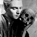 """Laurence Olivier dans le film """"Hamlet"""""""