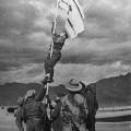 Avraham Adan plantant le drapeau d'Israël sur le sol