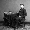 Thomas Edison à coté d'un phonographe à cylindre