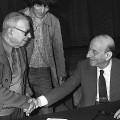 Jean-Paul Sartre saluant Raymond Aron