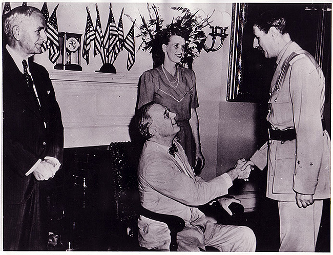 De gaulle et Roosvelt se serrant la main