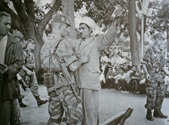 Un militaire français et un algérien