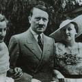 Hitler entouré de Verena et de Friedelind Wagner au festival de Bayreuth en 1936