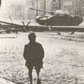 Tank soviétique tantant de briser un barricade à Budapest