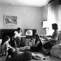 Une famille regardant la télévision en 1958