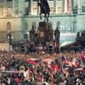 un rassemblement d'étudiants le 17 décembre 1989, sur la place Wenceslas à Prague.