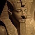 Détail d'une statue d'Horemheb et Horus