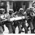 Des soldats allemands arrachent une barrière à la frontière polonaise près de Dantzig le 1er septembre 1939